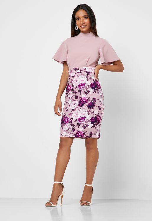 فستان مكشوف الظهر بتنورة مطبعة