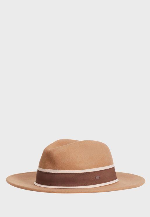 قبعة بحافة عريضة