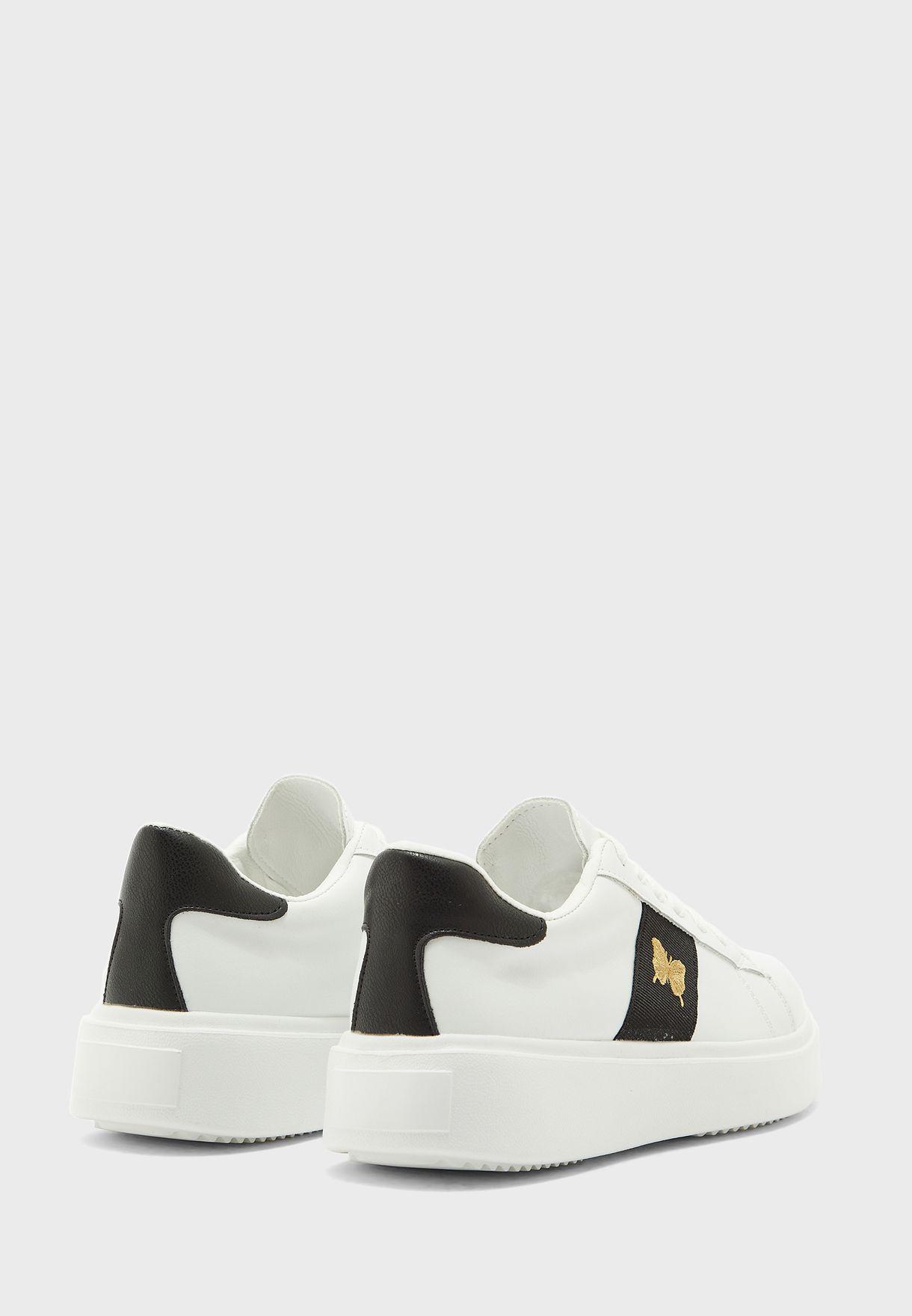 حذاء سنيكرز مزين بفراشة