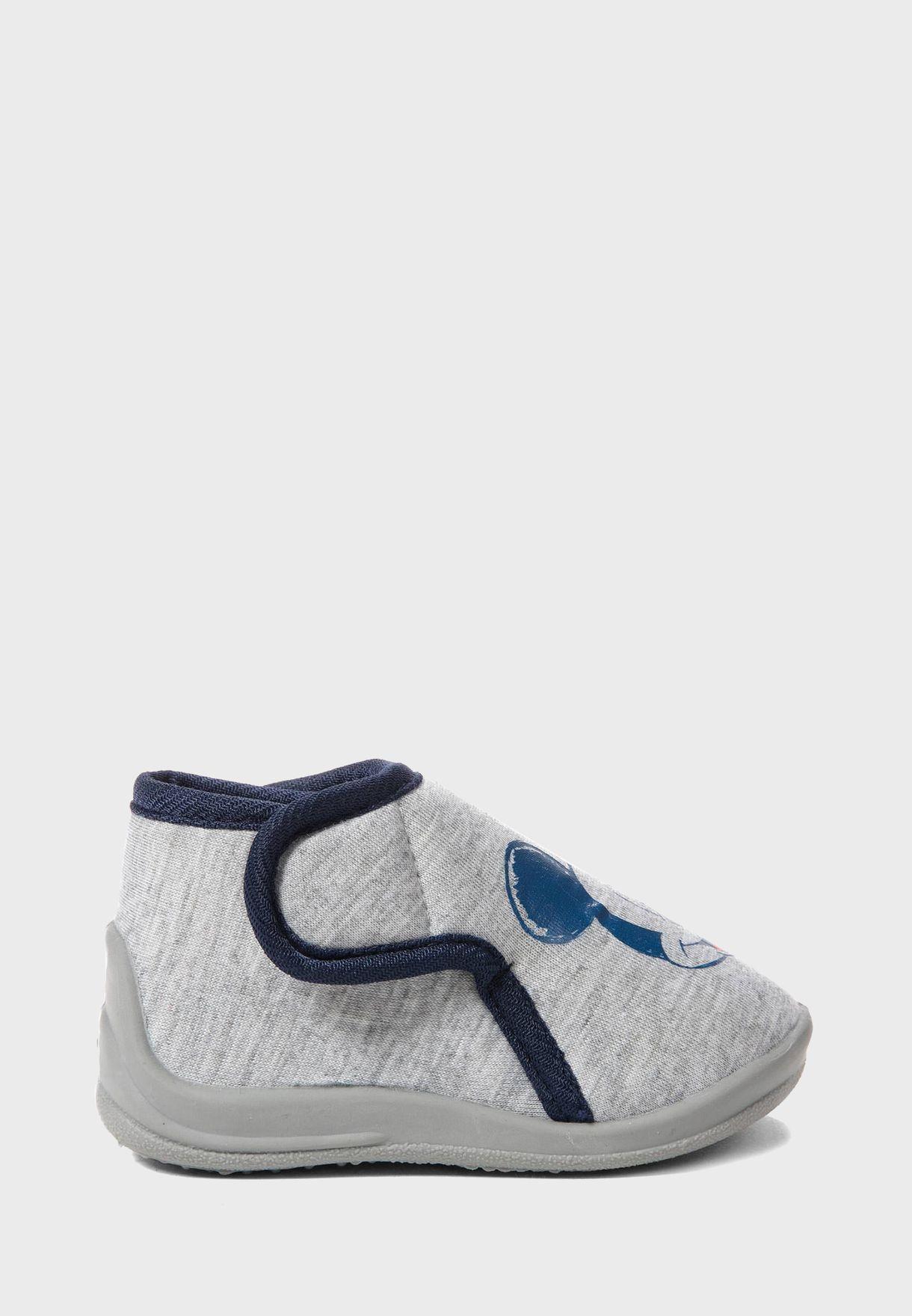 حذاء بطبعة ميكي ماوس
