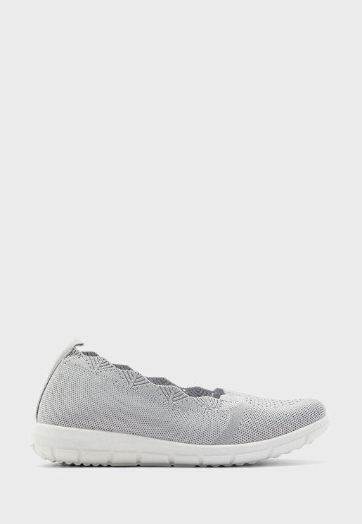 حذاء محبوك بحواف مقوسة