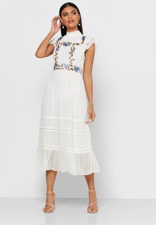فستان بياقة عالية ومزينة بكشكش