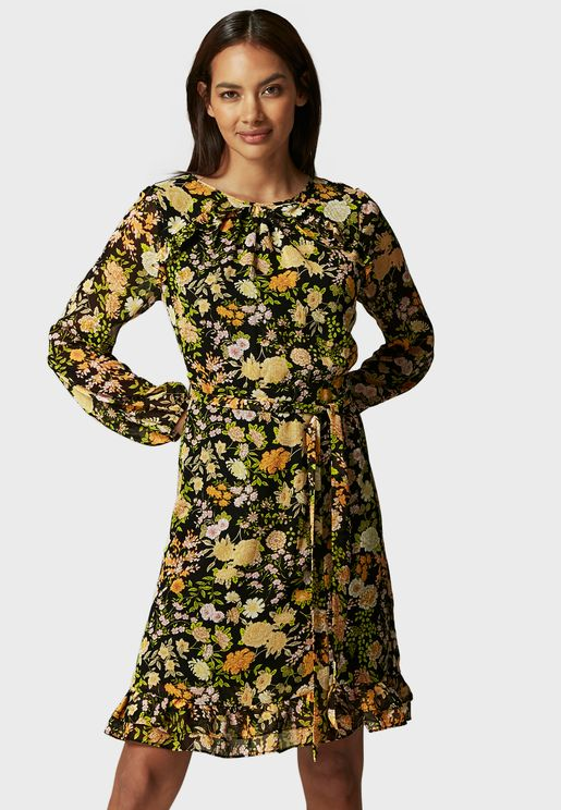 فستان بطبعات ازهار وتنورة واسعة