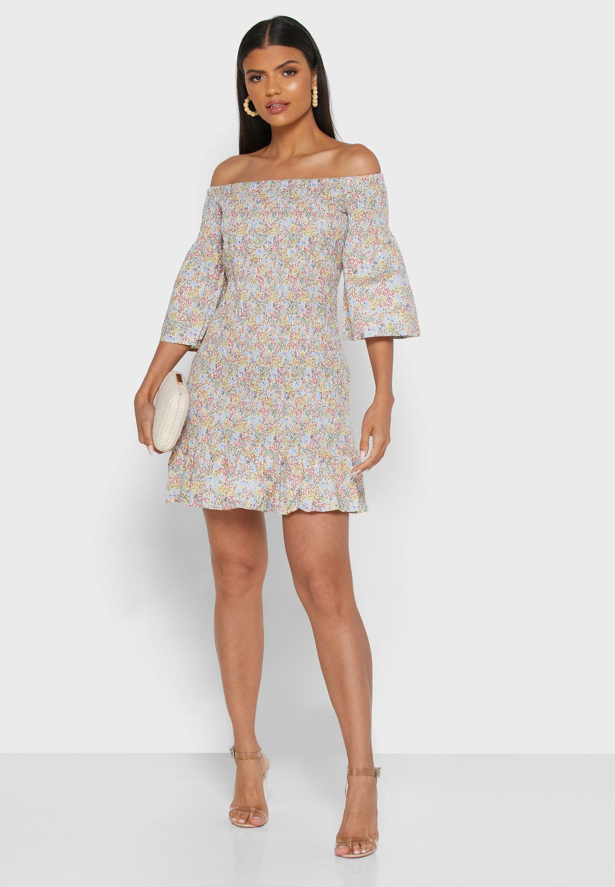 فستان بطبعات ازهار يكشف الاكتاف