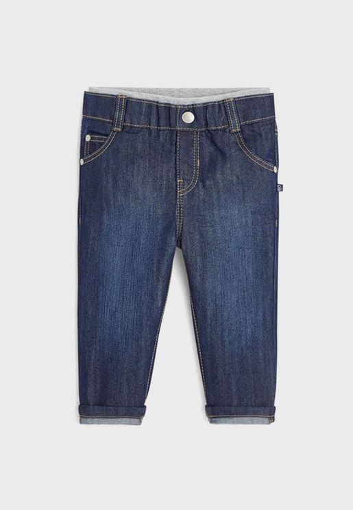 جينز بأطراف مطوية