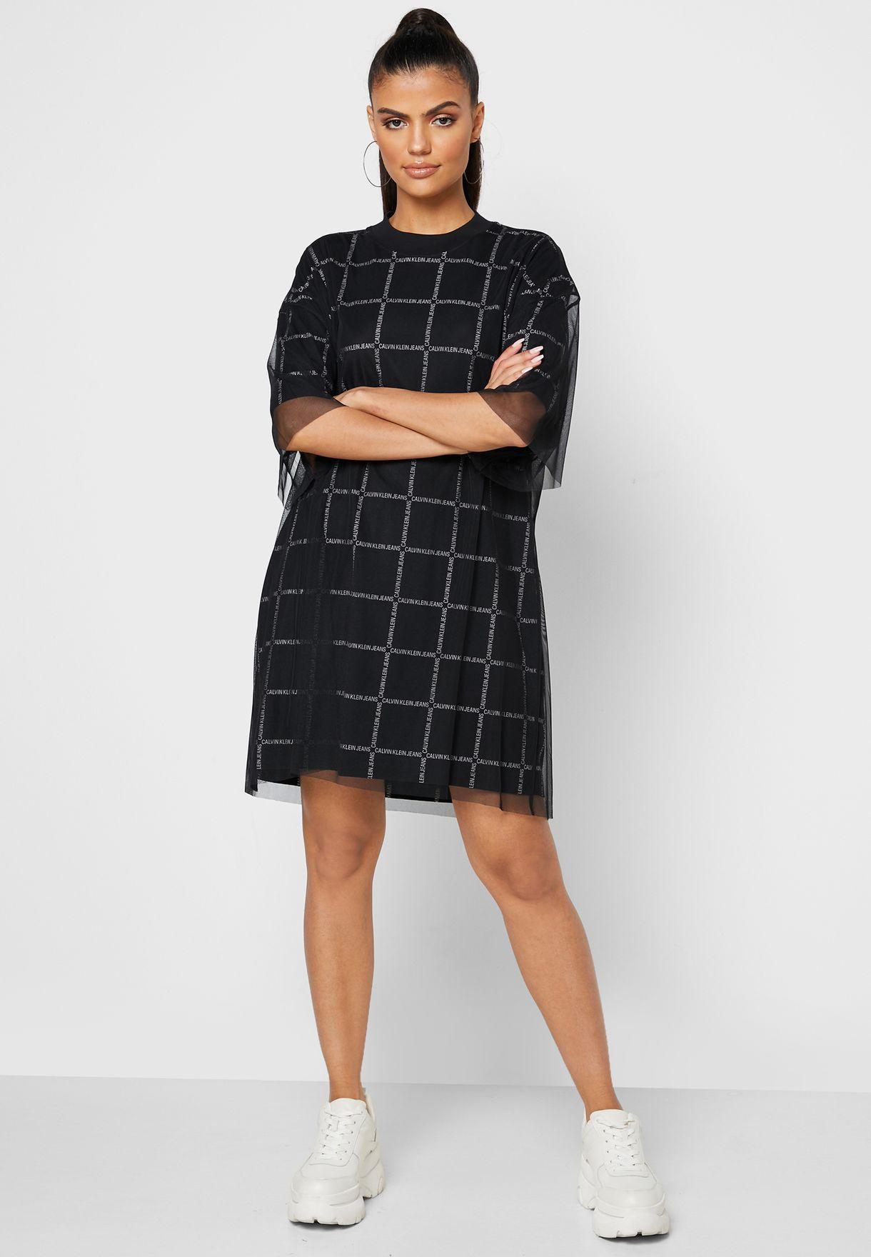 فستان بياقة عالية وطبقة كشكش