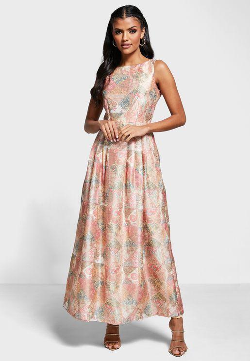 فستان بطبعات ازهار وياقة قارب