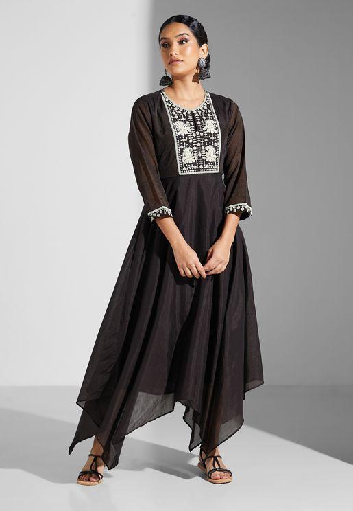 فستان مزين بتطريزاتات