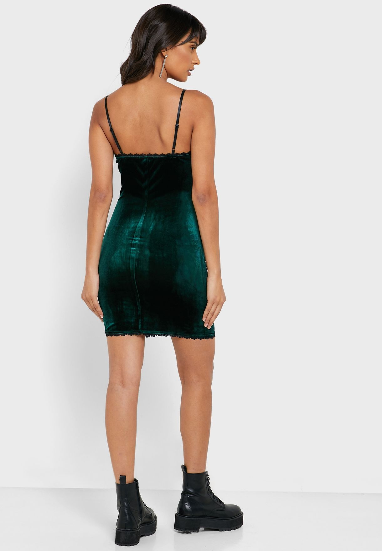فستان بحمالات رفيعة
