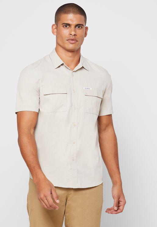 قميص بجيب على الصدر