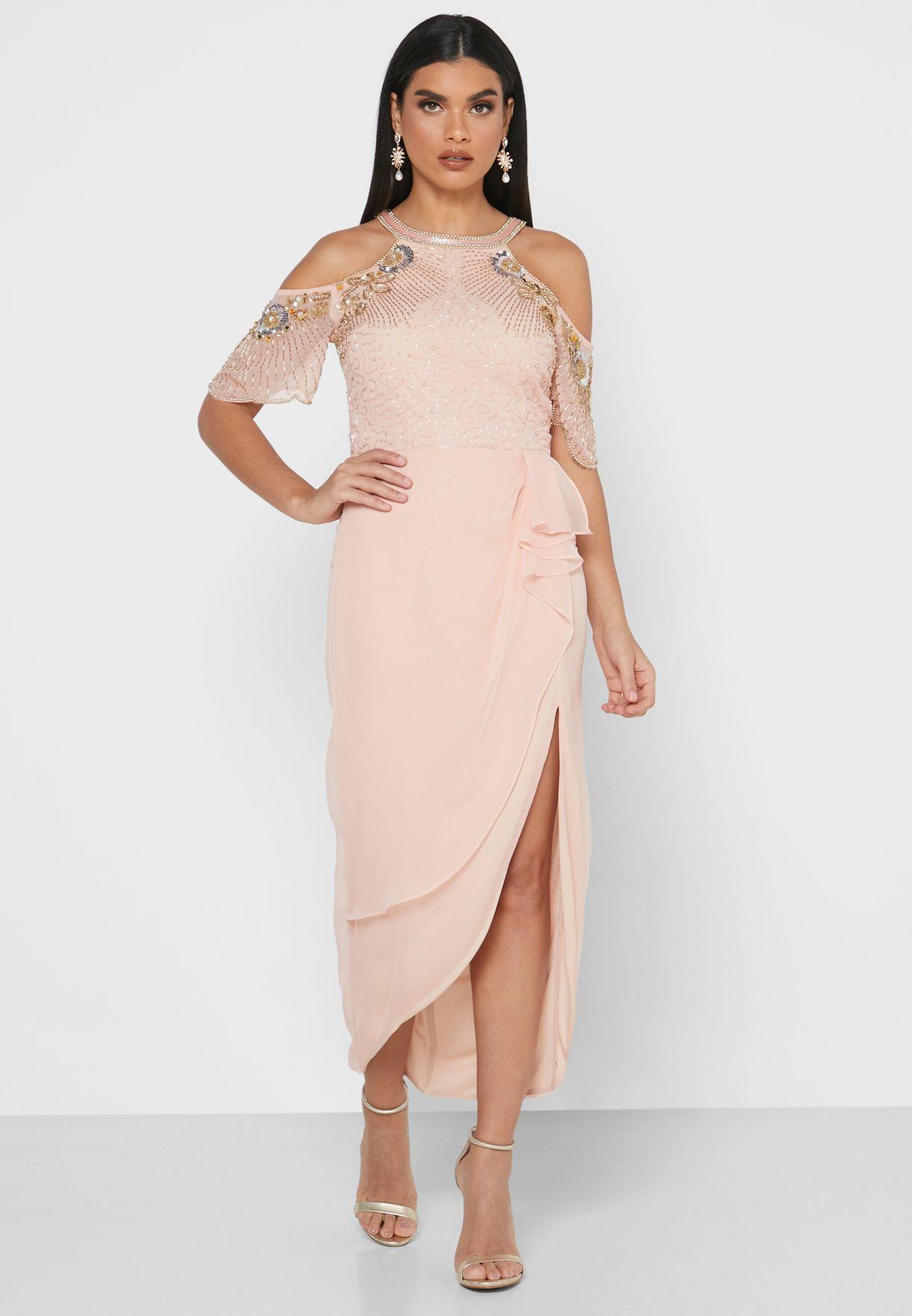 فستان باكتاف عارية ومزين بترتر