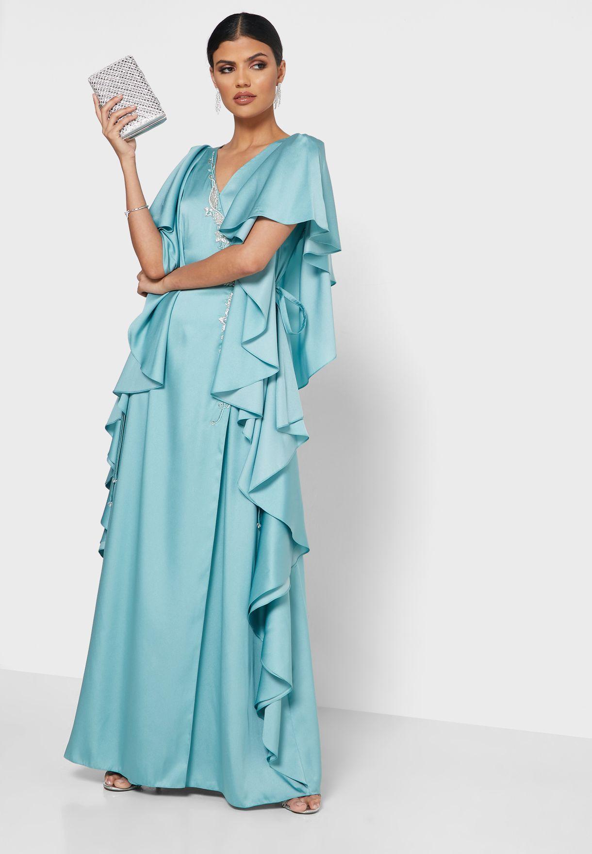 فستان بأكمام واسعة وتداخلات جانبية مكشكشة