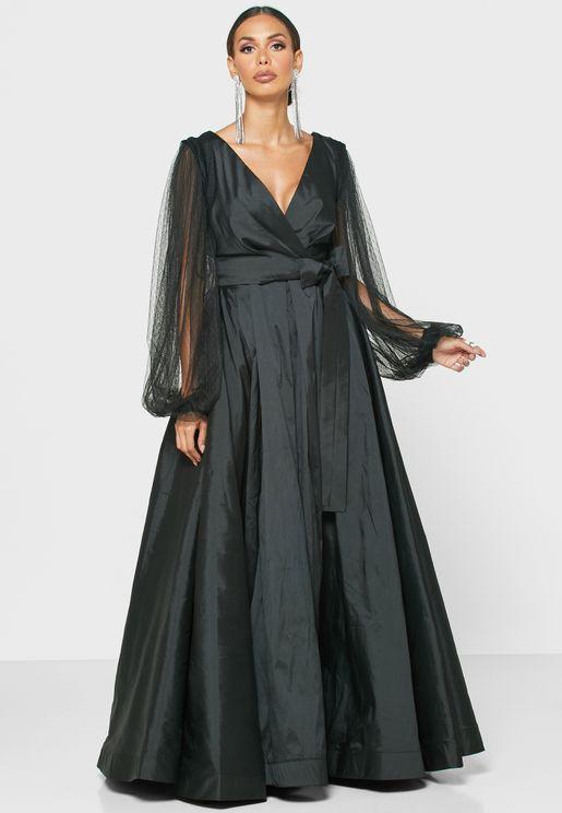 فستان بنمط لف وحافة واسعة