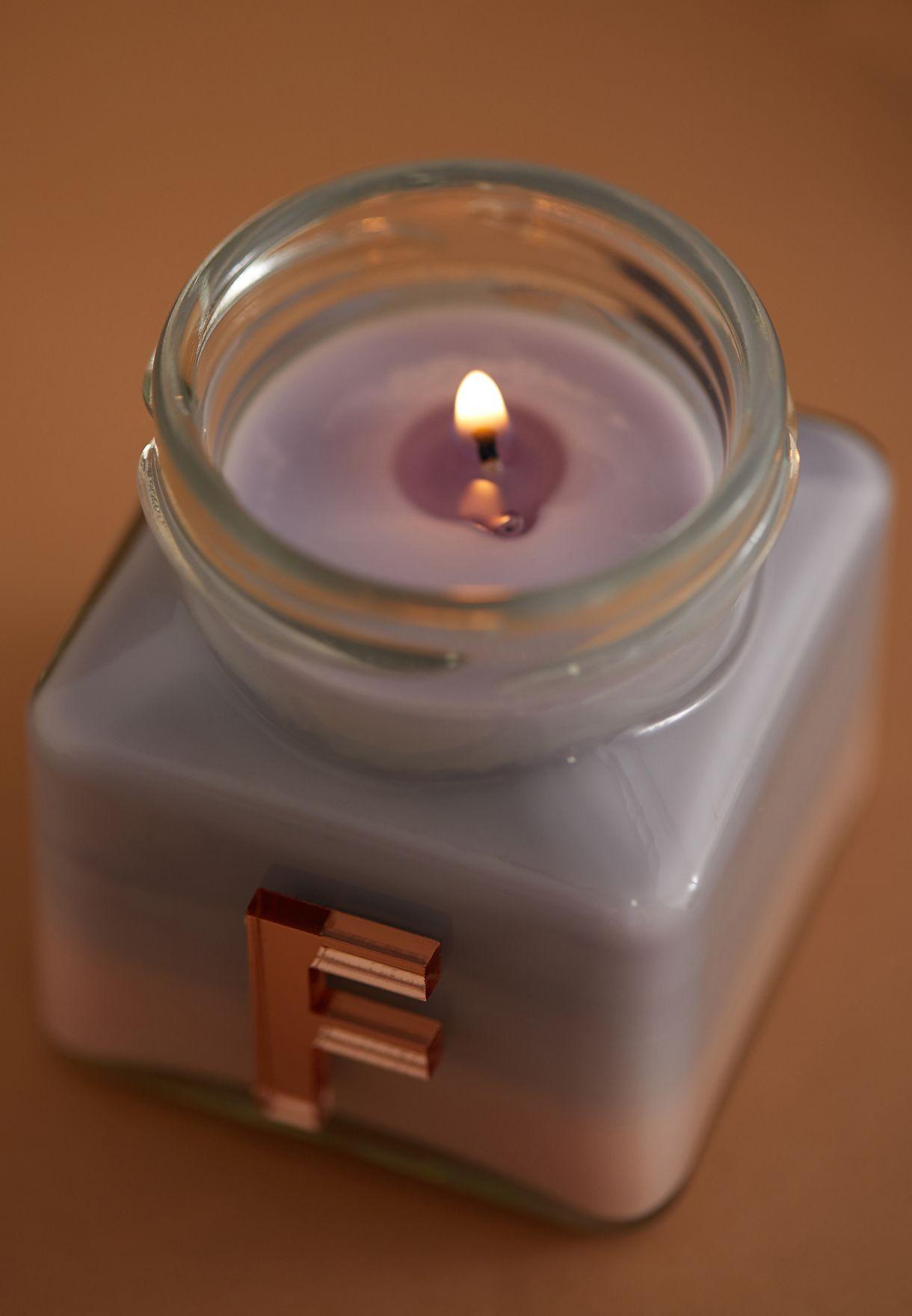 شمعة برائحة الفانيليا واليلانغ يلانغ ومزينة بحرف F