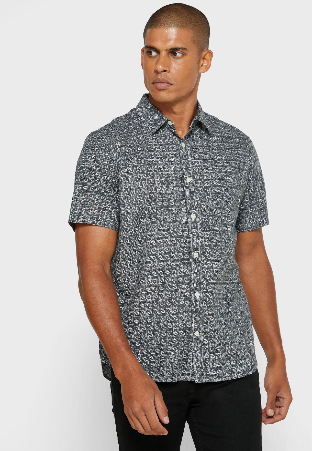قميص بطبعات هندسية