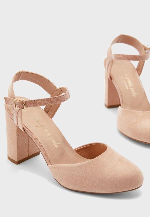 حذاء بكعب عالي عريض وسير كاحل