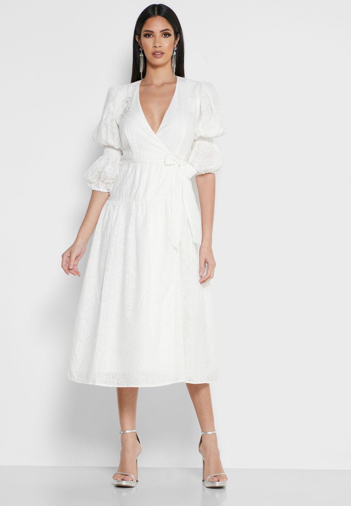 فستان دانتيل بنمط لف