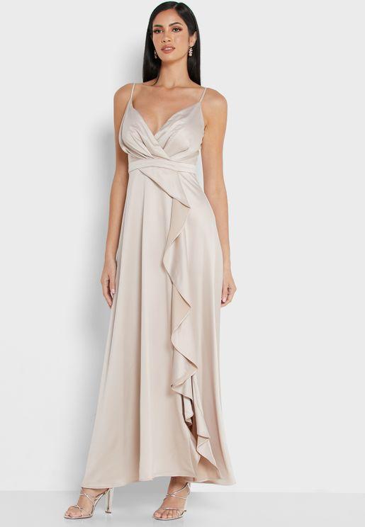 فستان بحمالات وياقة عميقة