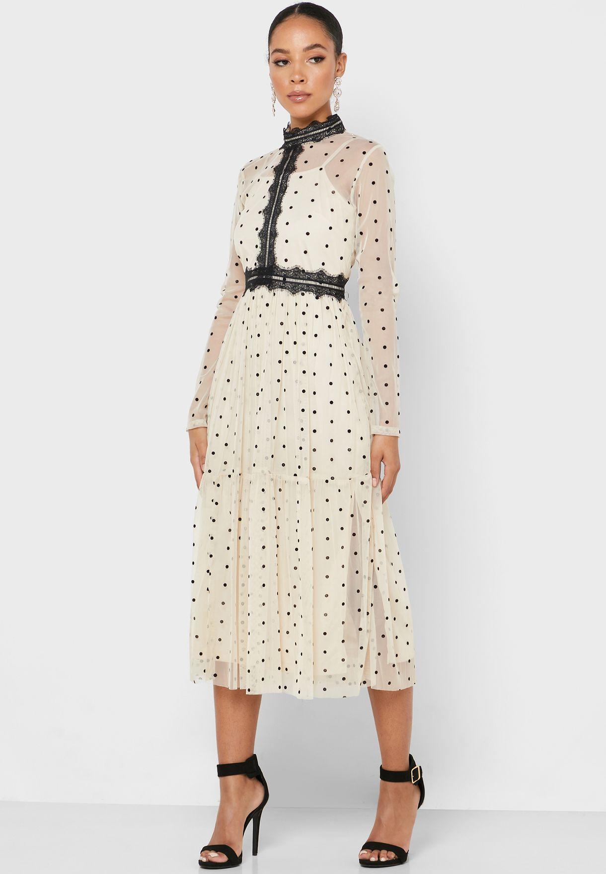 فستان بياقة عالية و مزين بدانتيل
