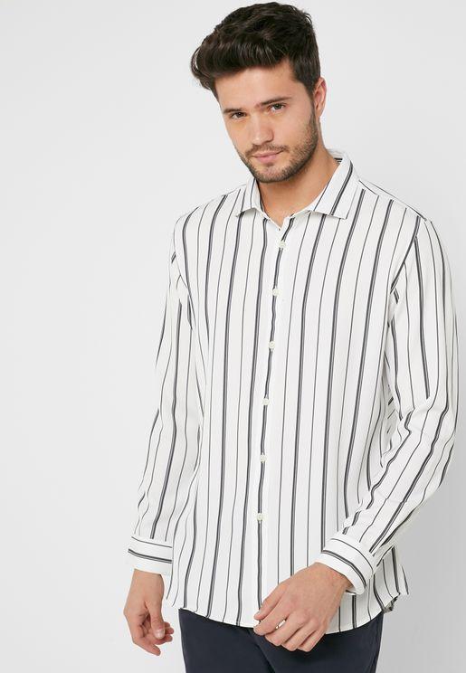 قميص بطبعات خطوط