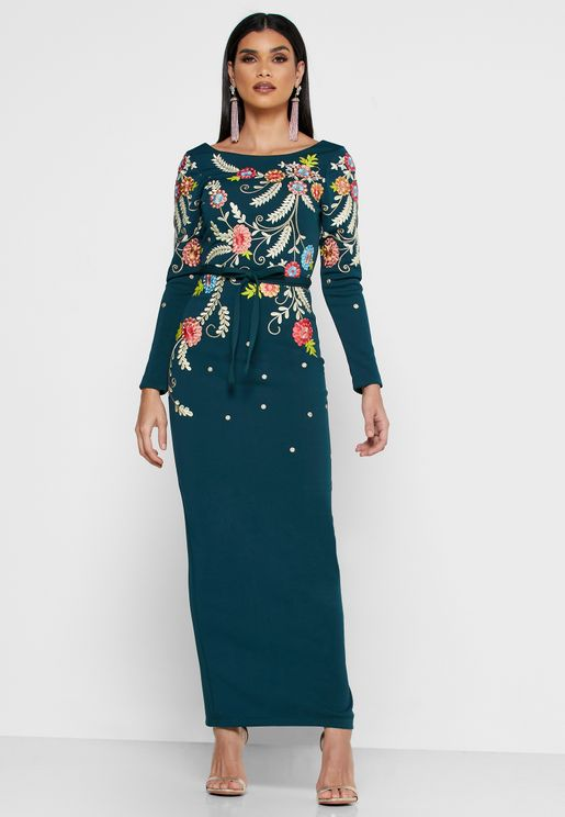 فستان مطرز مع اربطة خصر