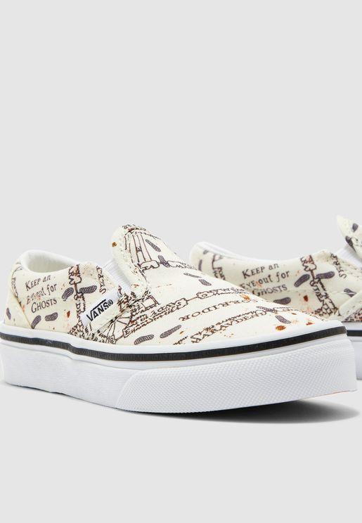 حذاء مزين بطبعات كتابة