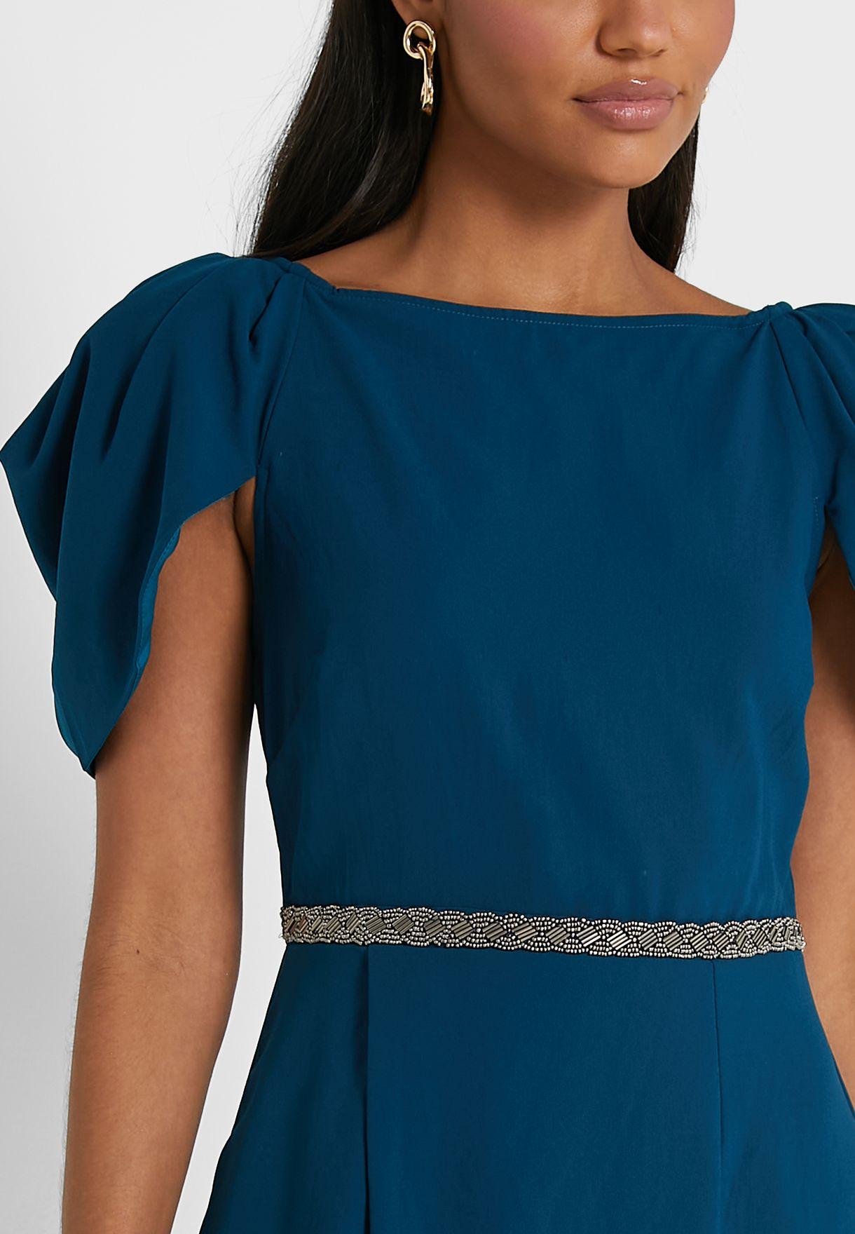 فستان بياقة V وتفاصيل مكشكشة