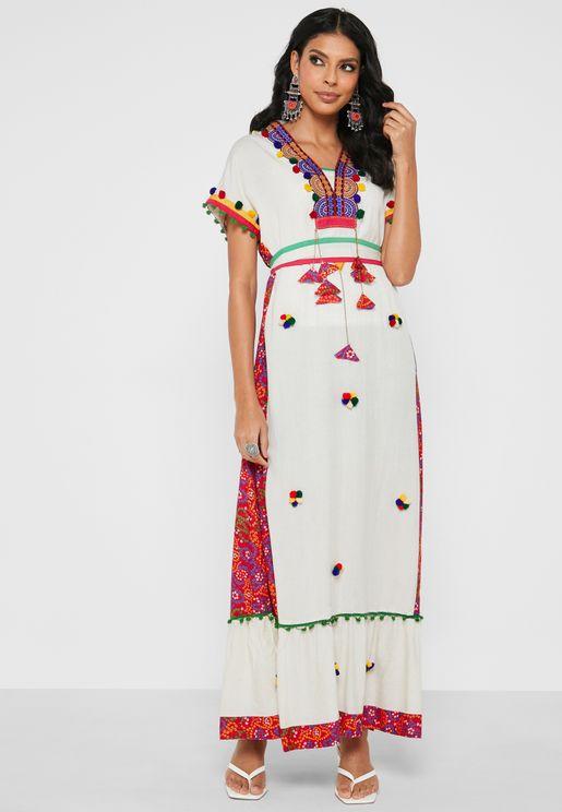 فستان بنمط قفطان مزين بتطريز