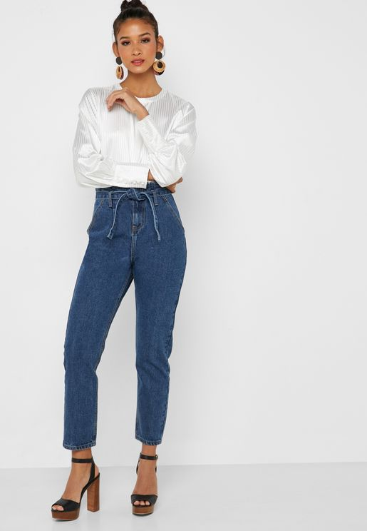 جينز بخصر عالي مع حزام