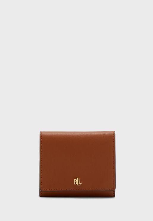 حقيبة نسائية بشعار الماركة