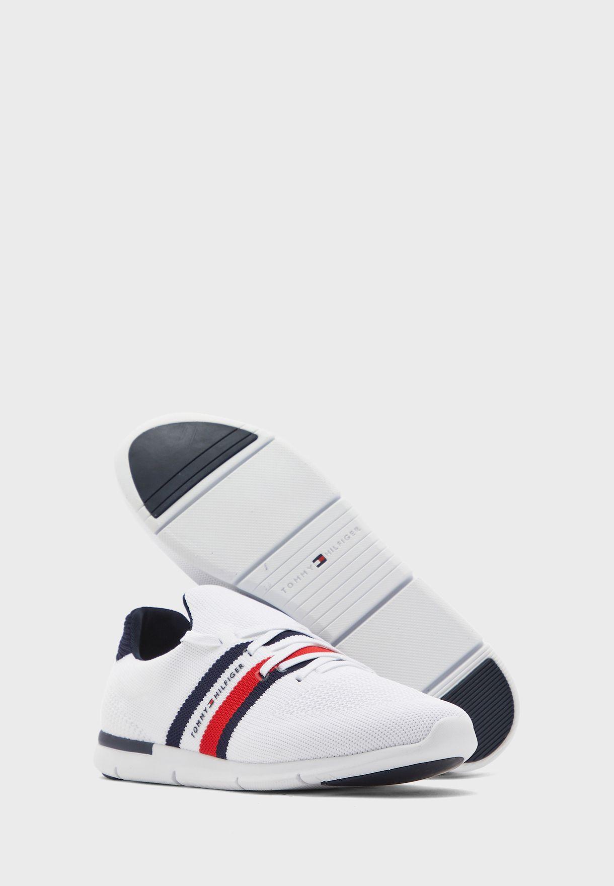 حذاء سنيكرز باربطة