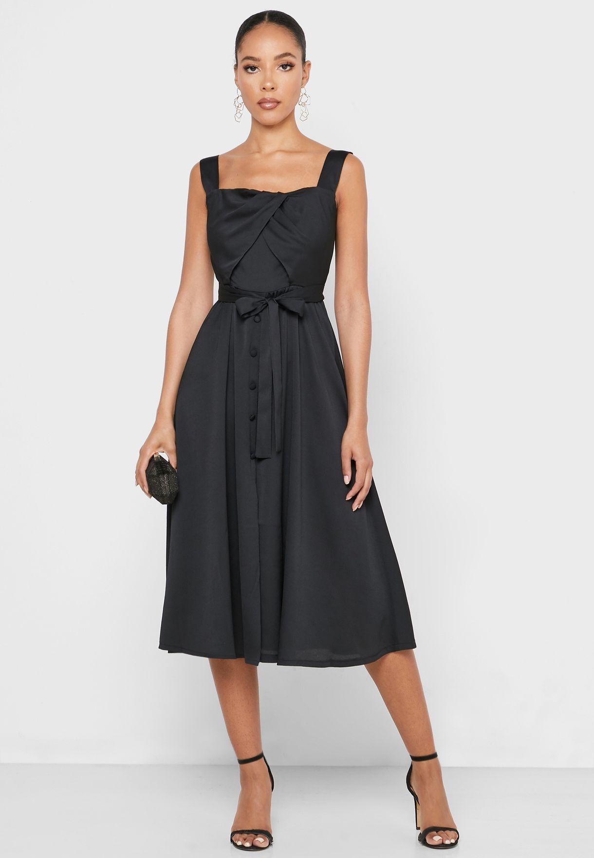 فستان بحمالات مزين بازرار