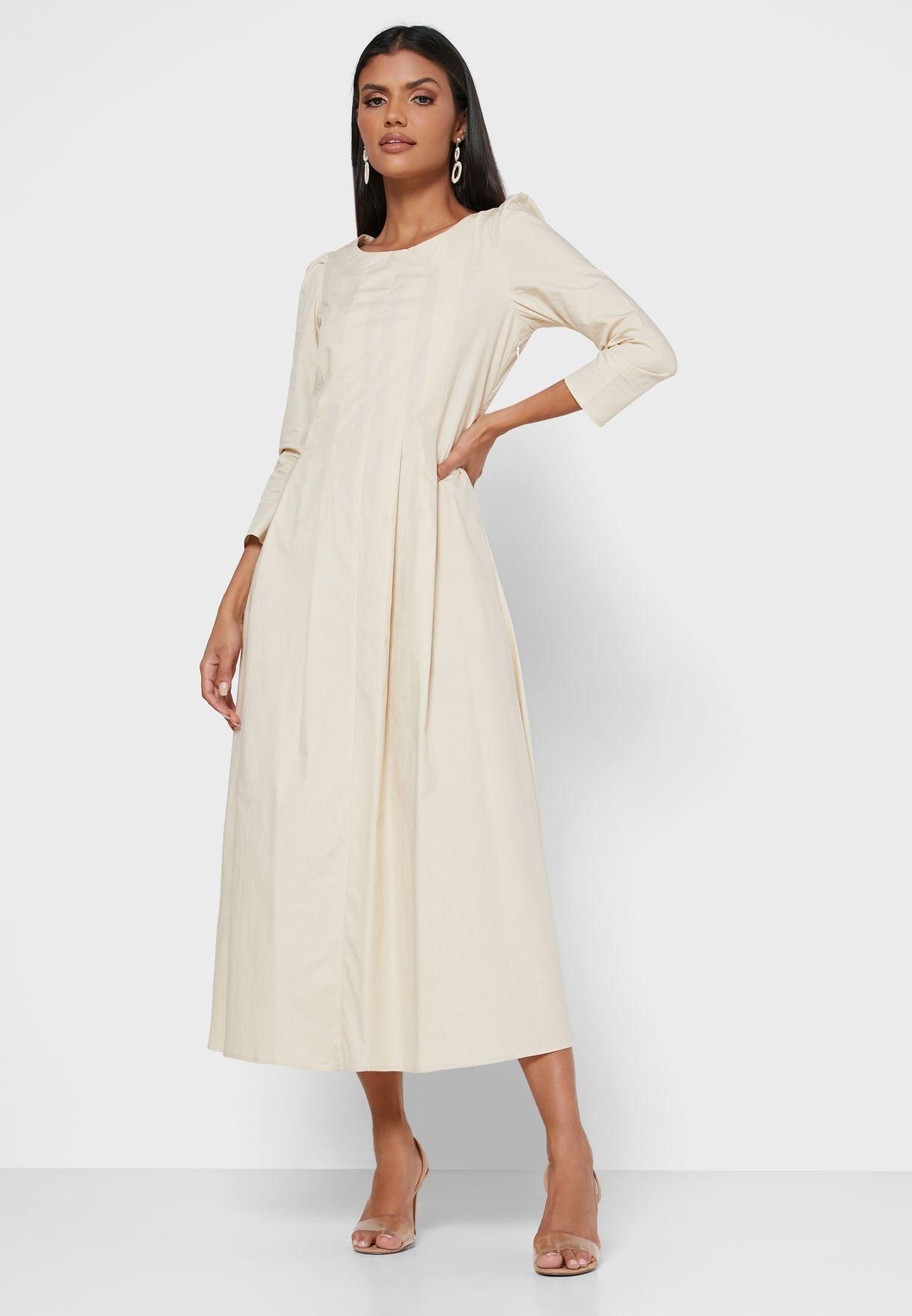 فستان بأكمام منفوشة وكسرات كبيرة