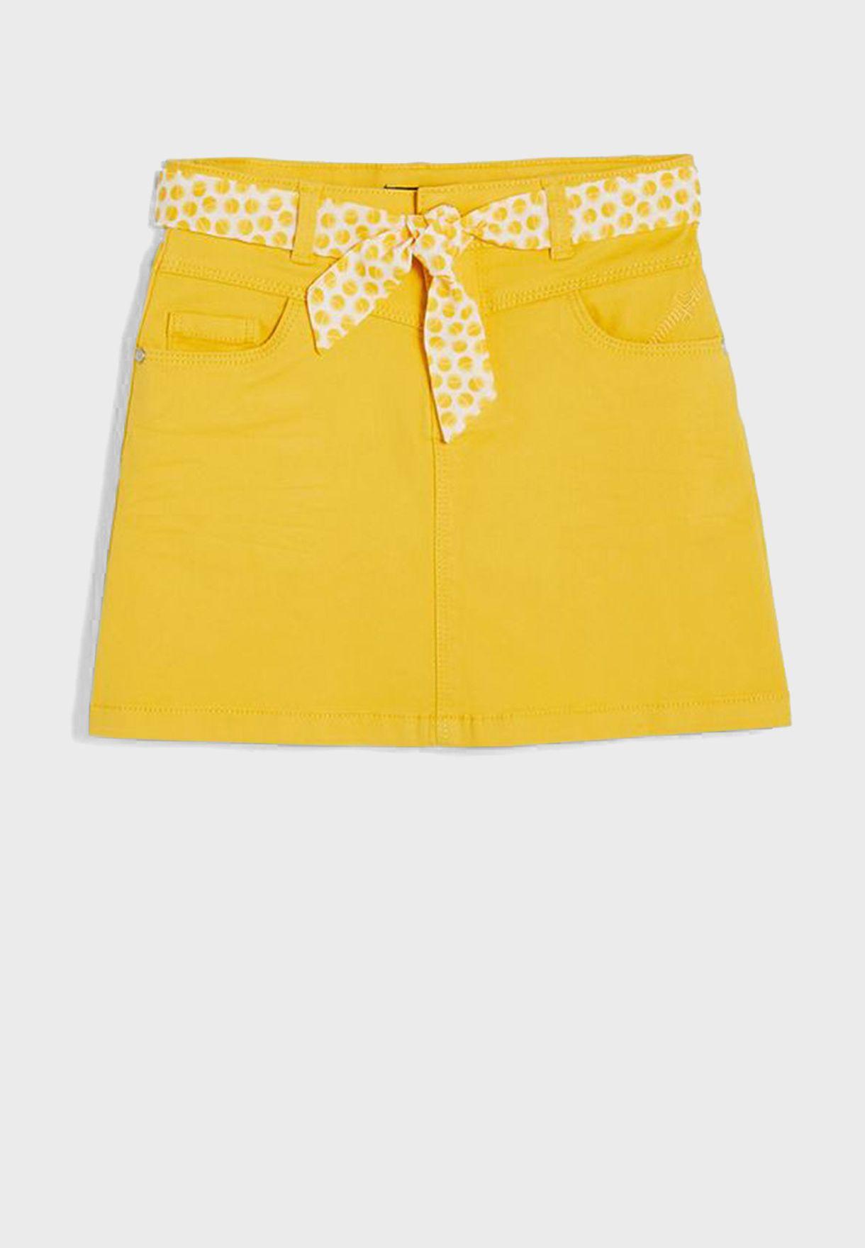 تنورة قصيرة مع حزام