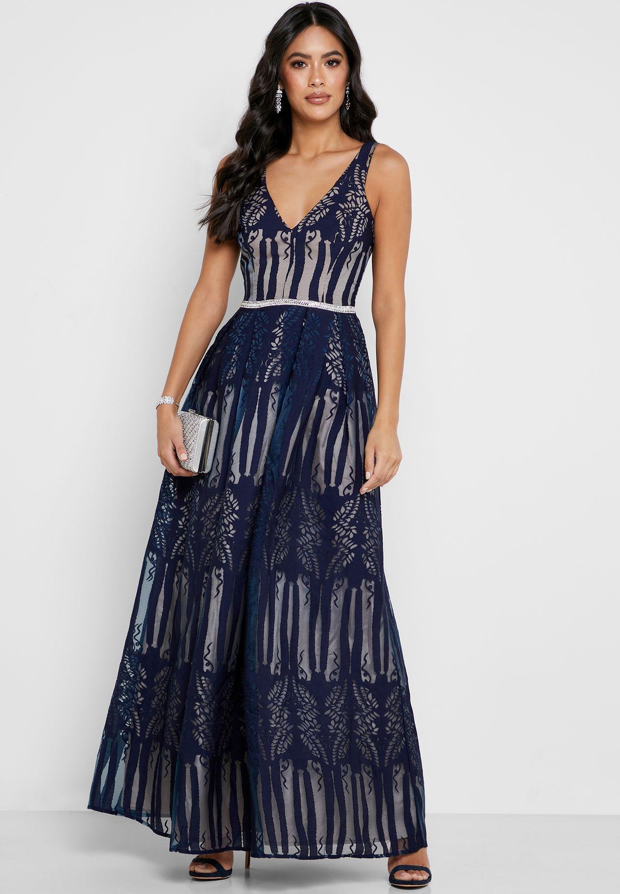 فستان دانتيل مكسي بياقة عميقة