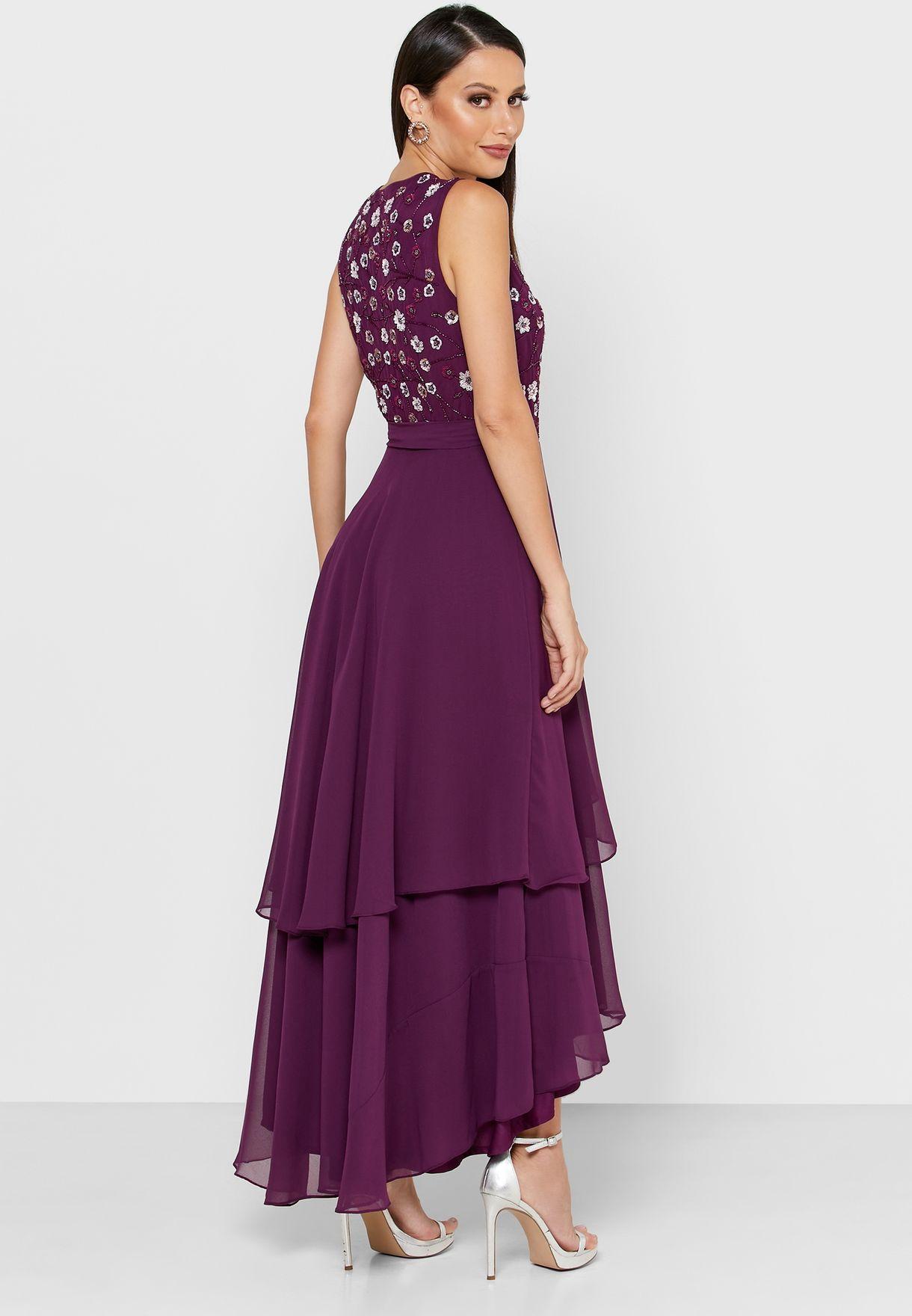 فستان بياقة عميقة وكشكش