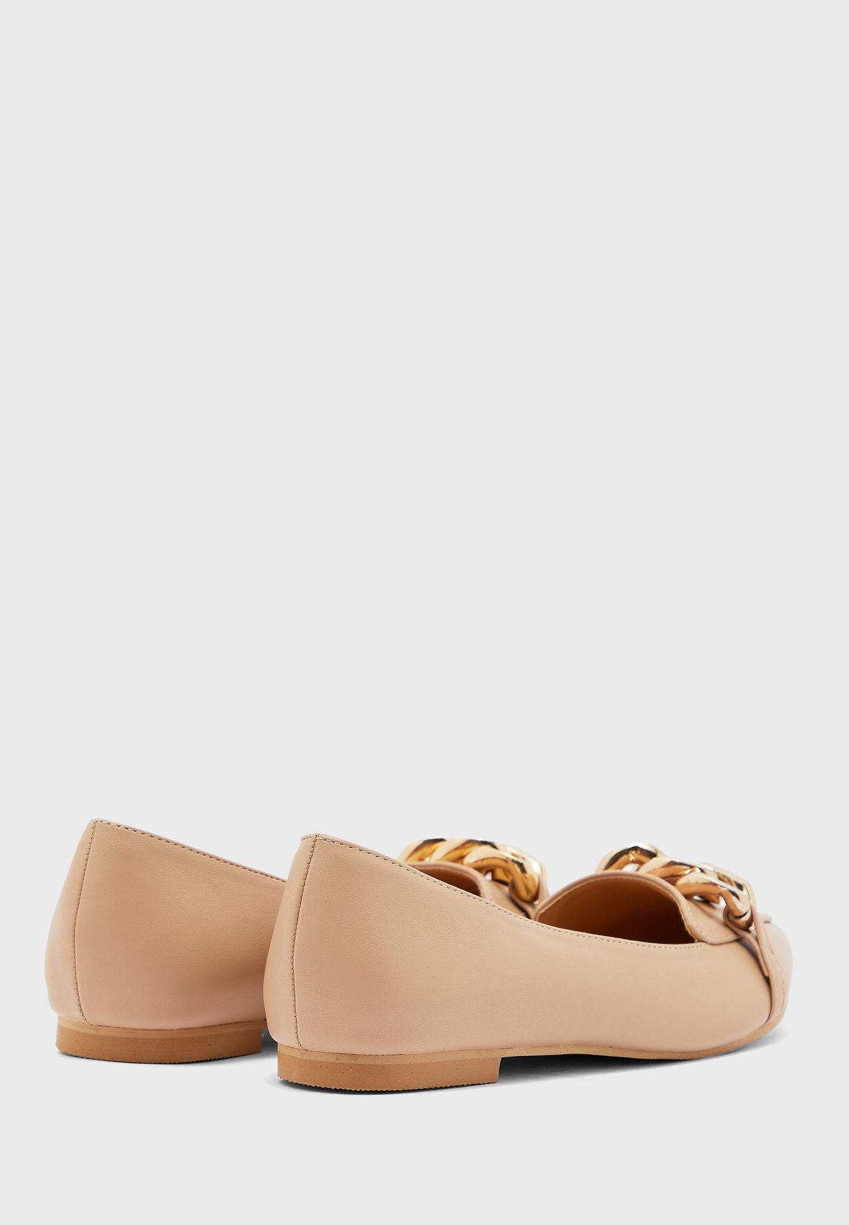 حذاء فلات مزين بسلسلة