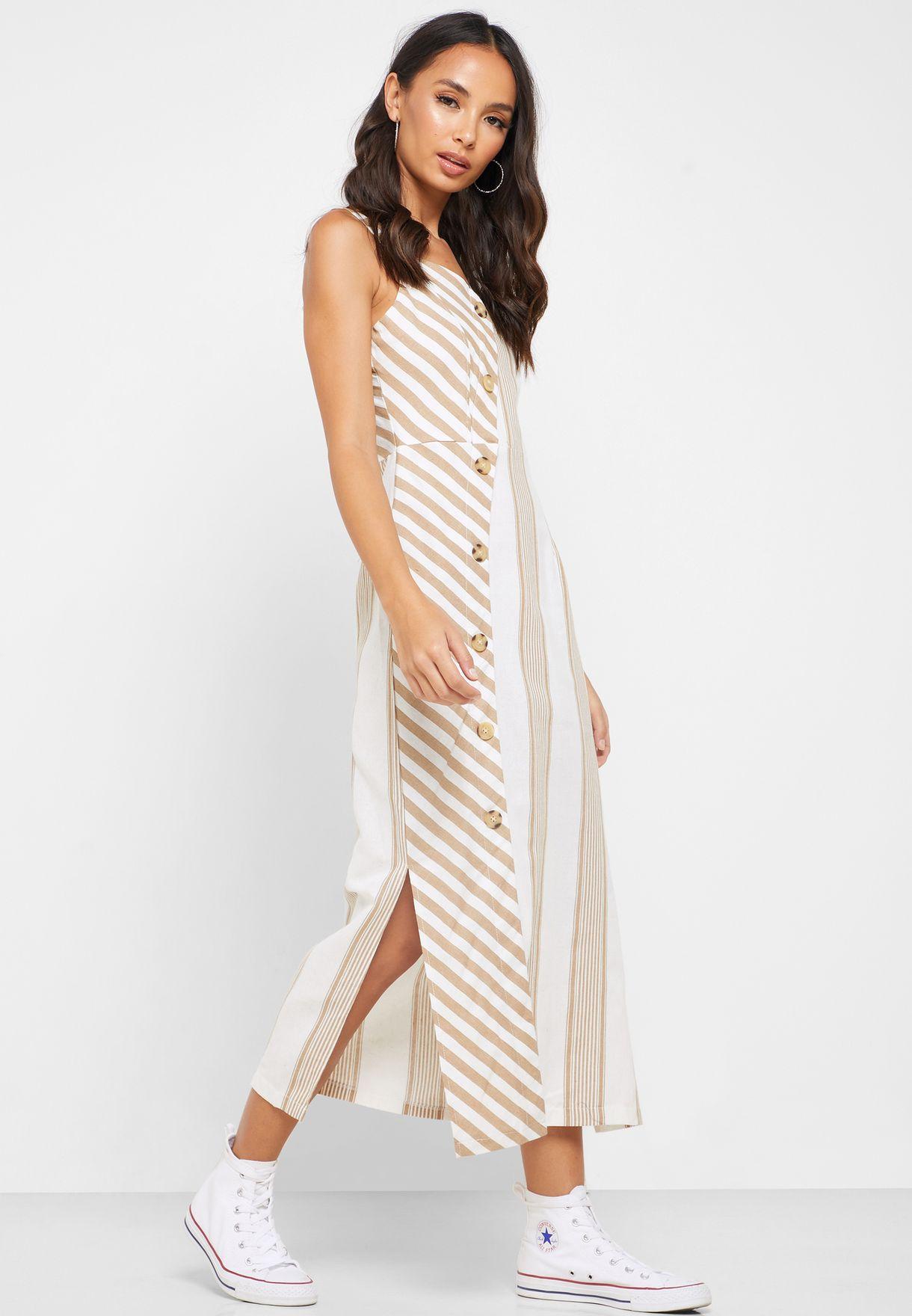 فستان بطبعات خطوط وازرار امامية