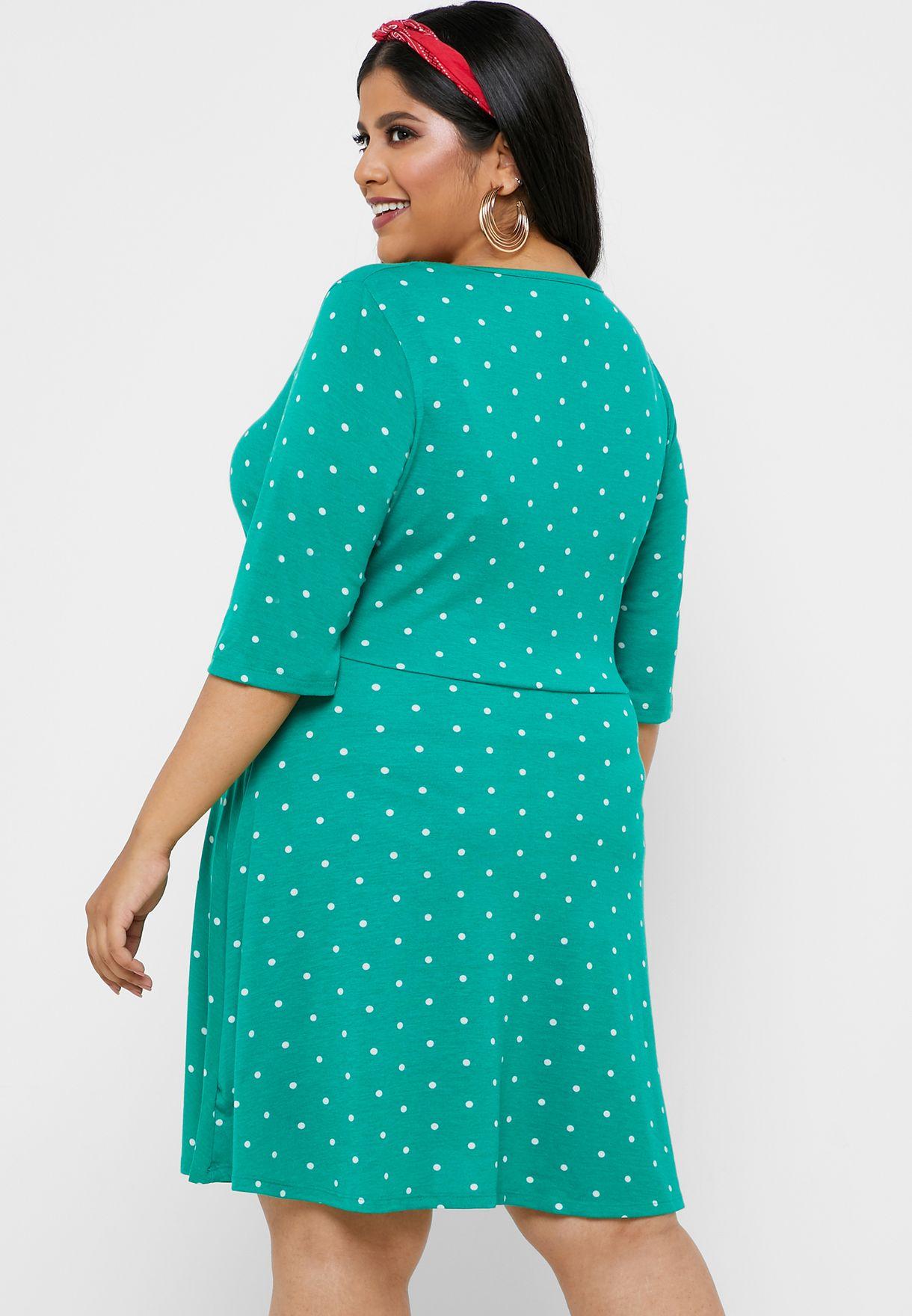 فستان منقط بحافة واسعة