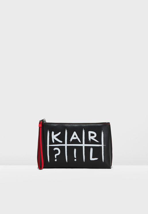 محفظة عصرية مزينة بشعار الماركة