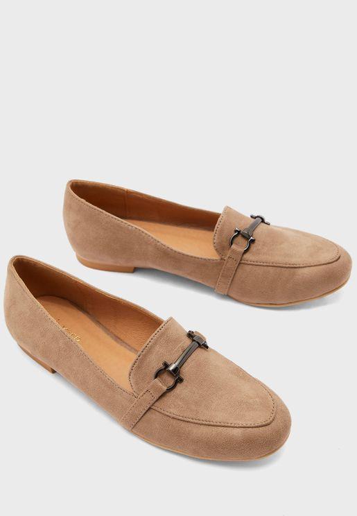 حذاء مزين بابزيم