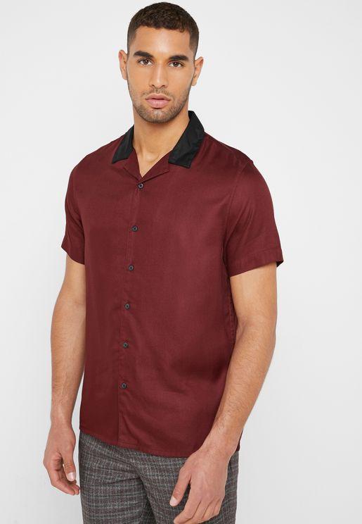 قميص بياقة مغايرة في اللون