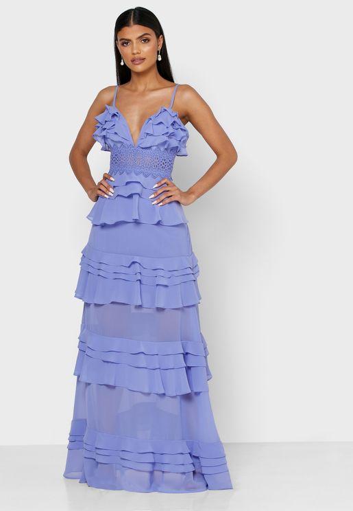فستان بياقة عميقة ومزين بكشكش