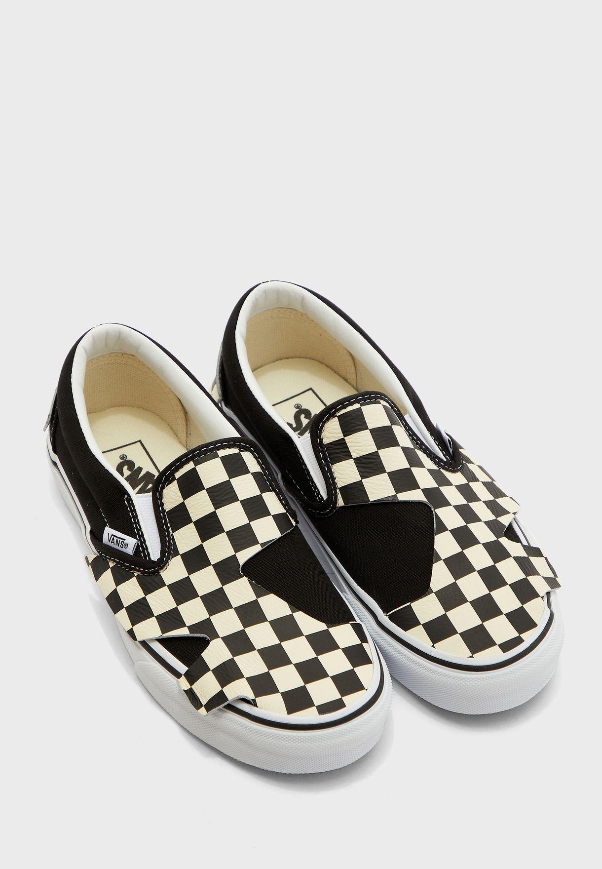 حذاء مزين بطباعة مربعات
