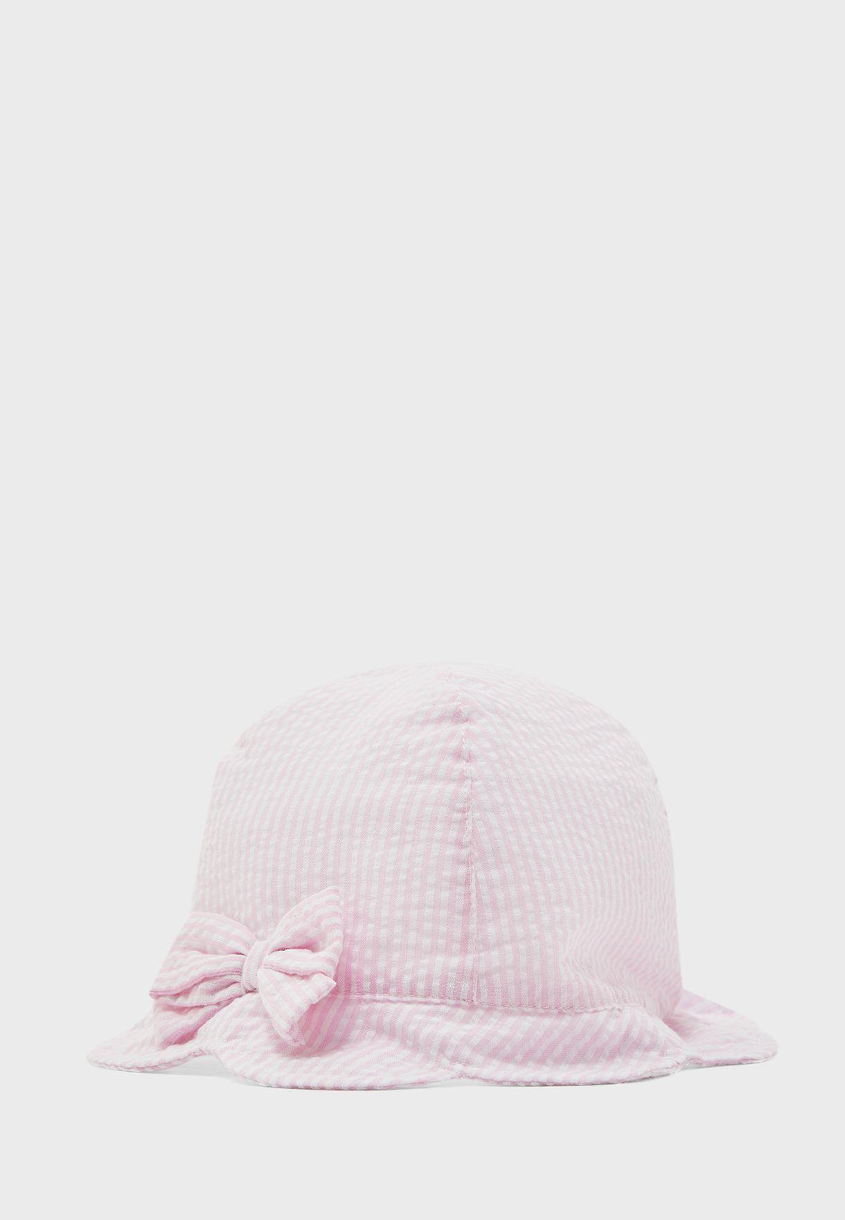 قبعة بخطوط وفيونكة