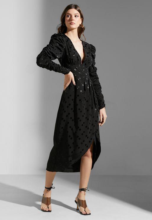 فستان بياقة عميقة ونمط لف