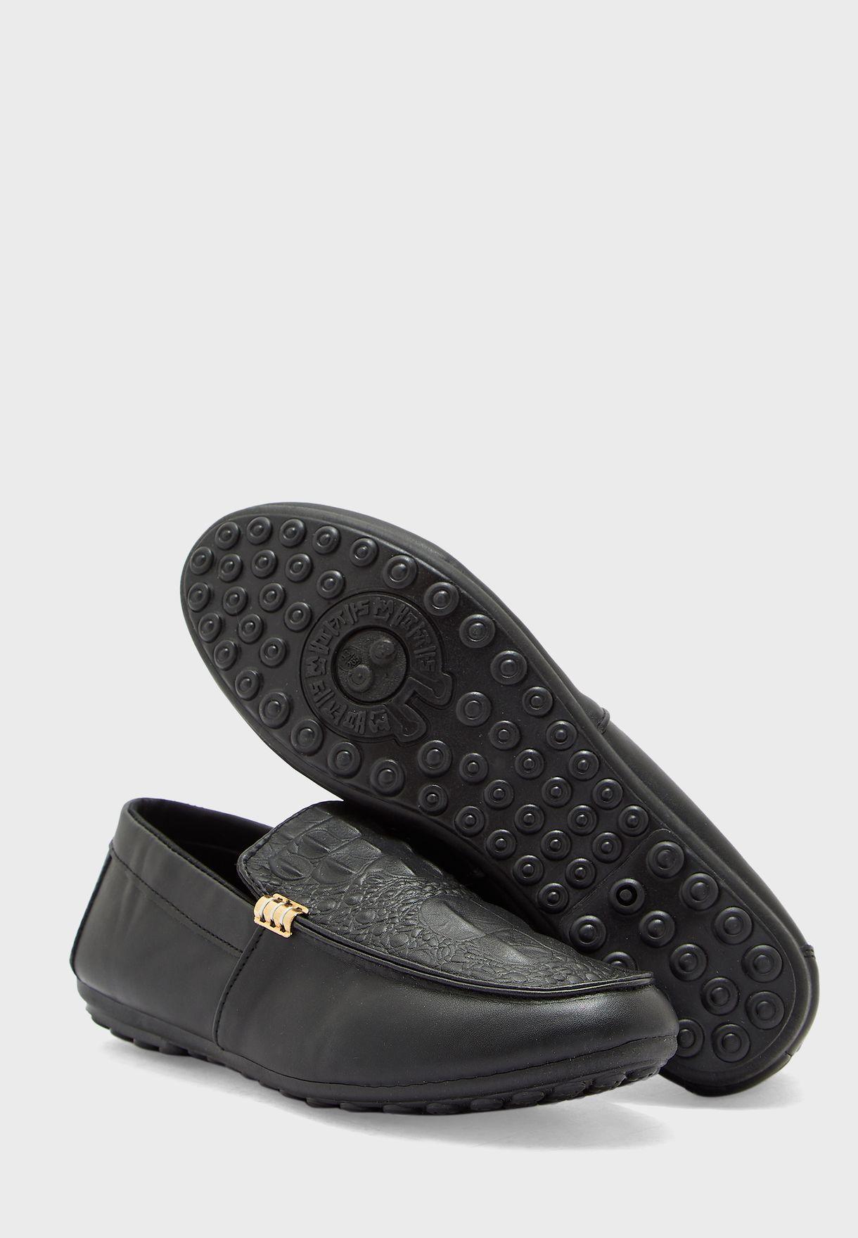 حذاء بطبعة جلد تمساح