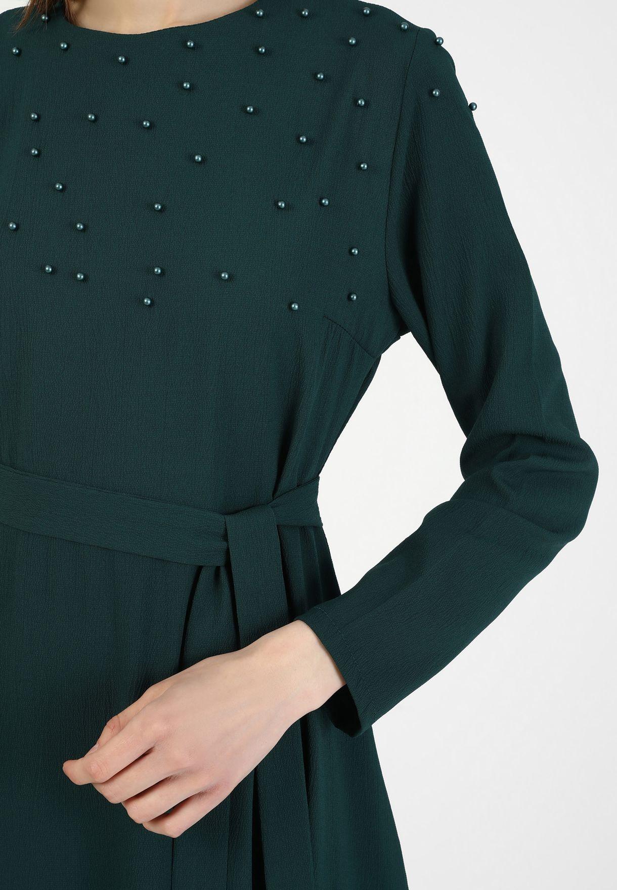 فستان مزين باللؤلؤ