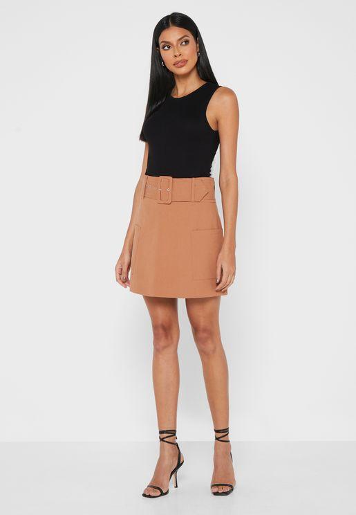 تنورة قصيرة بخصر مرتفع
