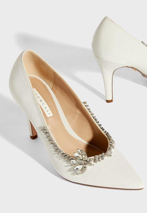 حذاء مزين بدبابيس وفراشة